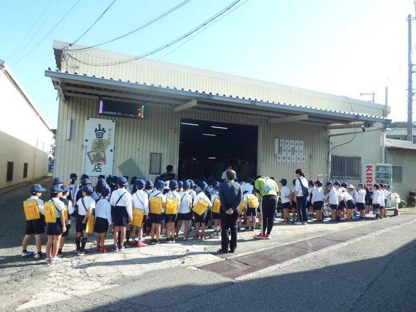 近くの小学校の2年生児童約80人が社会の町探検で当社を見学に来られました。
